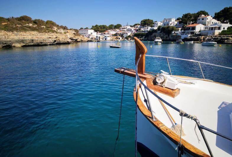 La playa Cala Alcaufar se encuentra en el municipio de Sant Lluis, perteneciente a la provincia de Menorca y a la comunidad autónoma de Islas Baleares
