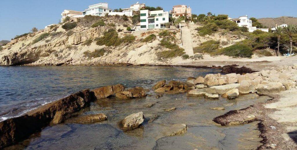 La playa Cala Baeza / Cala La Merced / El Portet de la Merced se encuentra en el municipio de El Campello, perteneciente a la provincia de Alicante y a la comunidad autónoma de Comunidad Valenciana