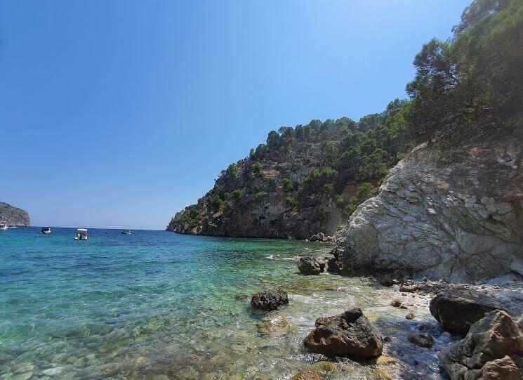 La playa Cala Blanca se encuentra en el municipio de Andratx, perteneciente a la provincia de Mallorca y a la comunidad autónoma de Islas Baleares