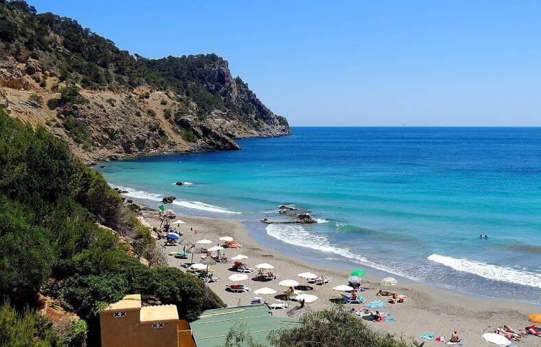 La playa Cala Boix se encuentra en el municipio de Santa Eulalia del Río, perteneciente a la provincia de Ibiza y a la comunidad autónoma de Islas Baleares