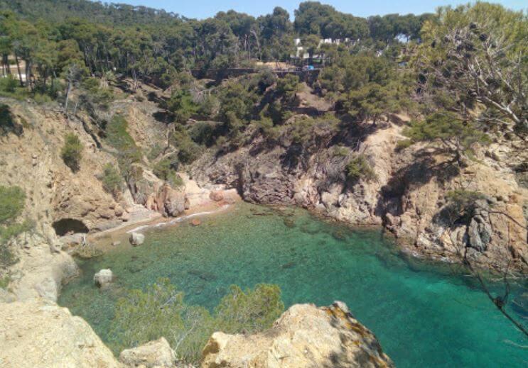 La playa Cala Bona / Cala de la Cadena se encuentra en el municipio de Palamós, perteneciente a la provincia de Girona y a la comunidad autónoma de Cataluña
