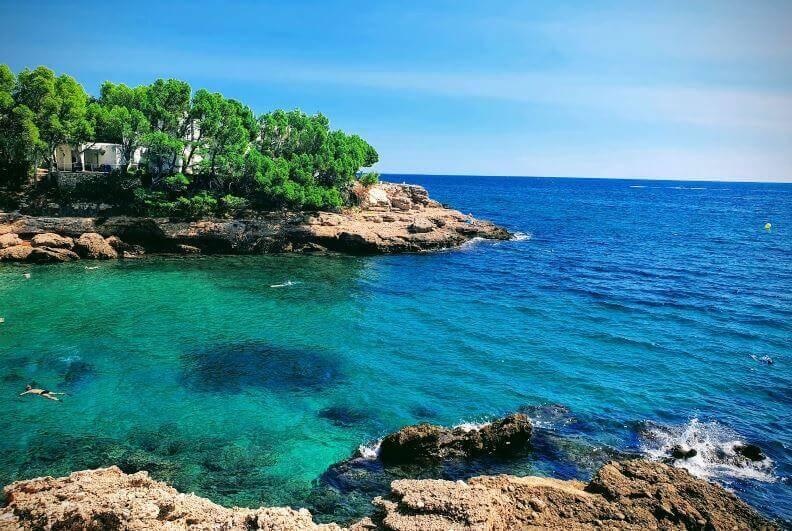 La playa Cala Calafató se encuentra en el municipio de L'Ametlla de Mar, perteneciente a la provincia de Tarragona y a la comunidad autónoma de Cataluña
