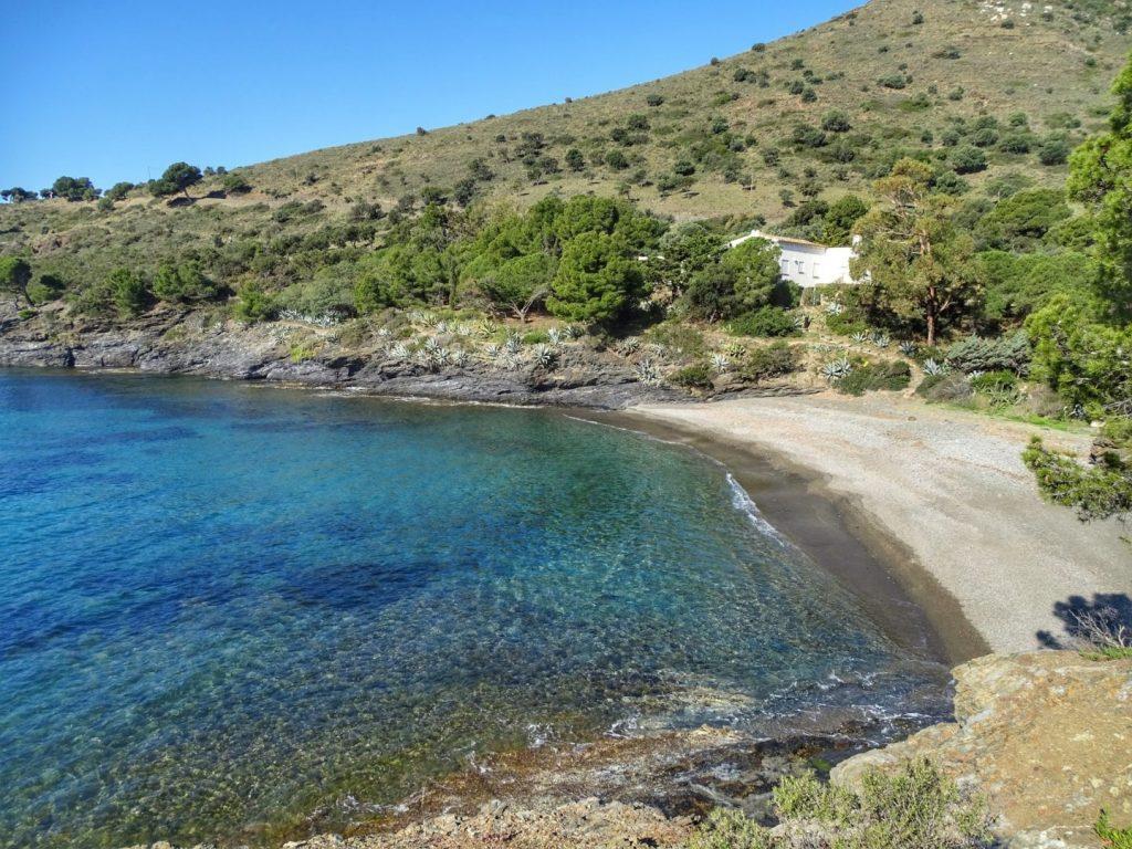 La playa Cala Calitjàs / Es Calitjas se encuentra en el municipio de Roses, perteneciente a la provincia de Girona y a la comunidad autónoma de Cataluña