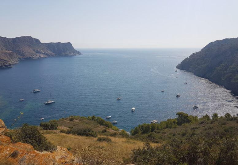 La playa Cala Canadell se encuentra en el municipio de Roses, perteneciente a la provincia de Girona y a la comunidad autónoma de Cataluña