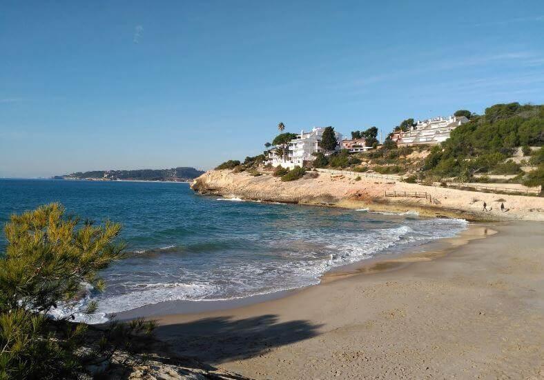 La playa Cala Canyadell / Cala Capellans se encuentra en el municipio de Altafulla, perteneciente a la provincia de Tarragona y a la comunidad autónoma de Cataluña