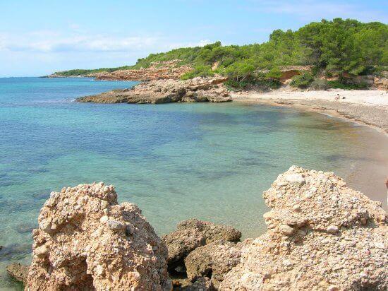 La playa Cala de l'Estany Podrit se encuentra en el municipio de L'Ametlla de Mar, perteneciente a la provincia de Tarragona y a la comunidad autónoma de Cataluña