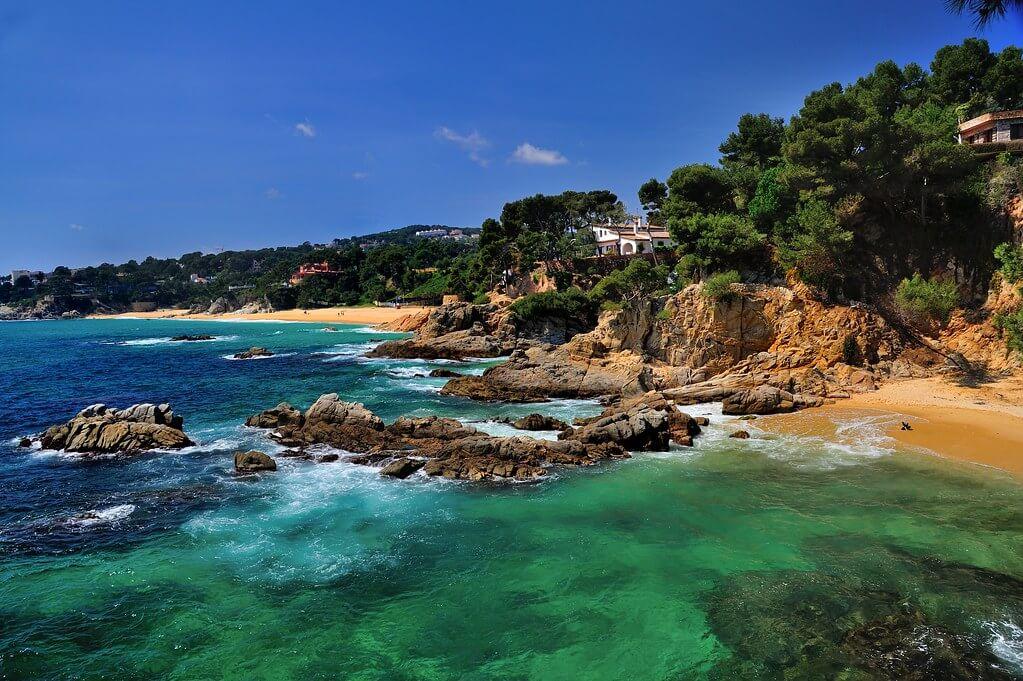 La playa Cala de la Roca del Paller se encuentra en el municipio de Calonge, perteneciente a la provincia de Girona y a la comunidad autónoma de Cataluña