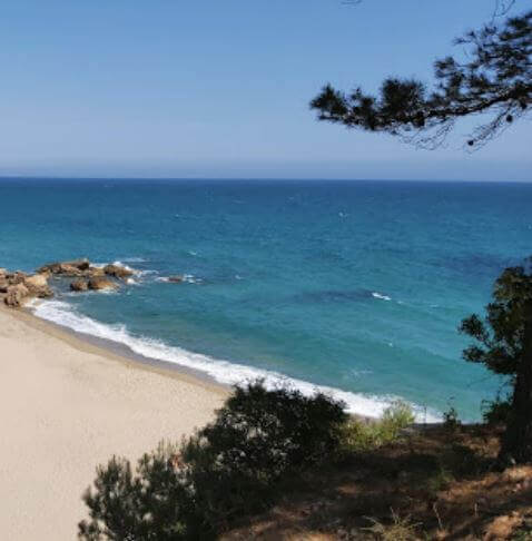 La playa Cala de las Sirenas / Cala Les Sirenes se encuentra en el municipio de Mont-roig del Camp, perteneciente a la provincia de Tarragona y a la comunidad autónoma de Cataluña