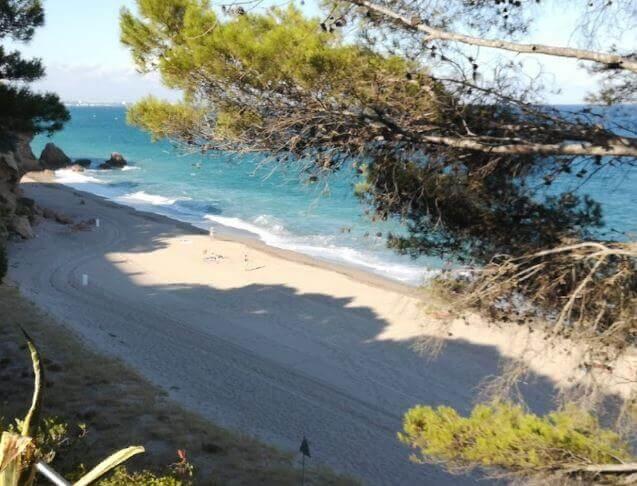 La playa Cala de los Angeles se encuentra en el municipio de Mont-roig del Camp, perteneciente a la provincia de Tarragona y a la comunidad autónoma de Cataluña