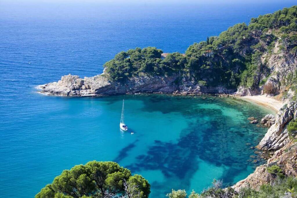 La playa Cala de Sa Futadera / Pentine se encuentra en el municipio de Tossa de Mar, perteneciente a la provincia de Girona y a la comunidad autónoma de Cataluña