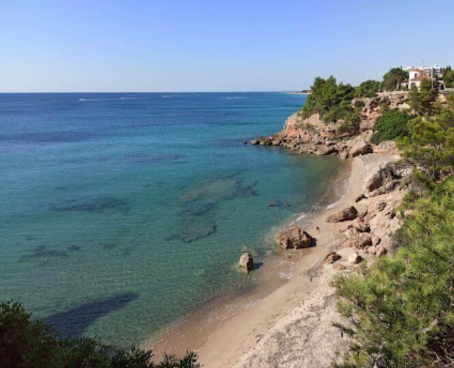 La playa Cala del Solitari se encuentra en el municipio de Mont-roig del Camp, perteneciente a la provincia de Tarragona y a la comunidad autónoma de Cataluña