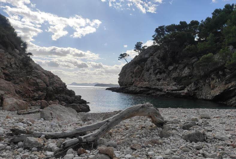 La playa Cala En Feliu se encuentra en el municipio de Pollença, perteneciente a la provincia de Mallorca y a la comunidad autónoma de Islas Baleares