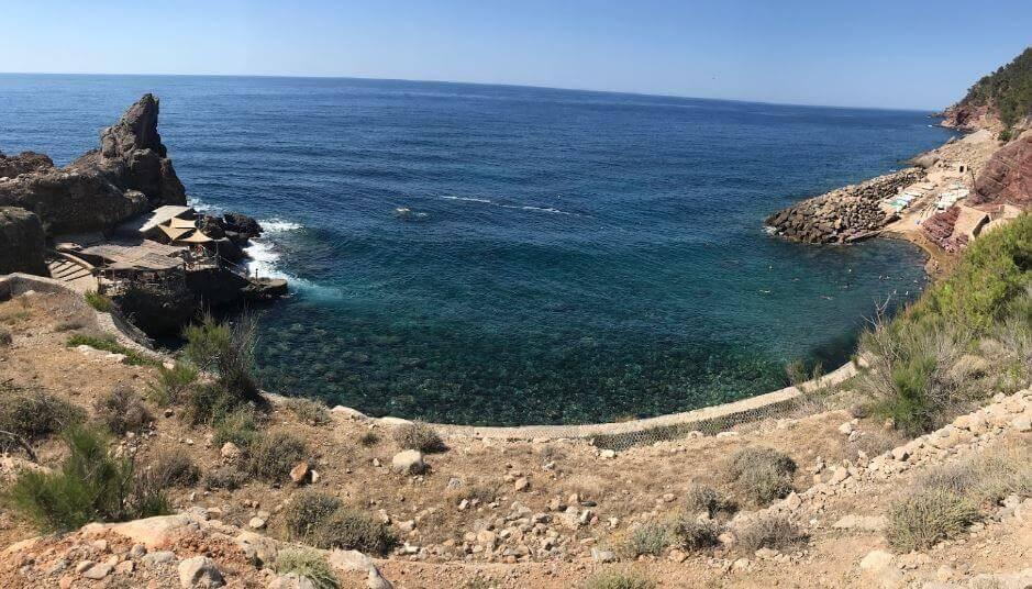 La playa Cala Estellencs se encuentra en el municipio de Estellencs, perteneciente a la provincia de Mallorca y a la comunidad autónoma de Islas Baleares
