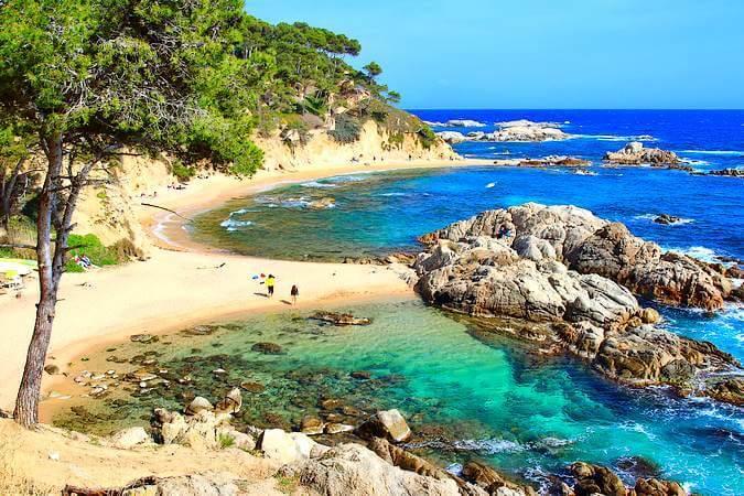 La playa Cala Estreta se encuentra en el municipio de Palamós, perteneciente a la provincia de Girona y a la comunidad autónoma de Cataluña