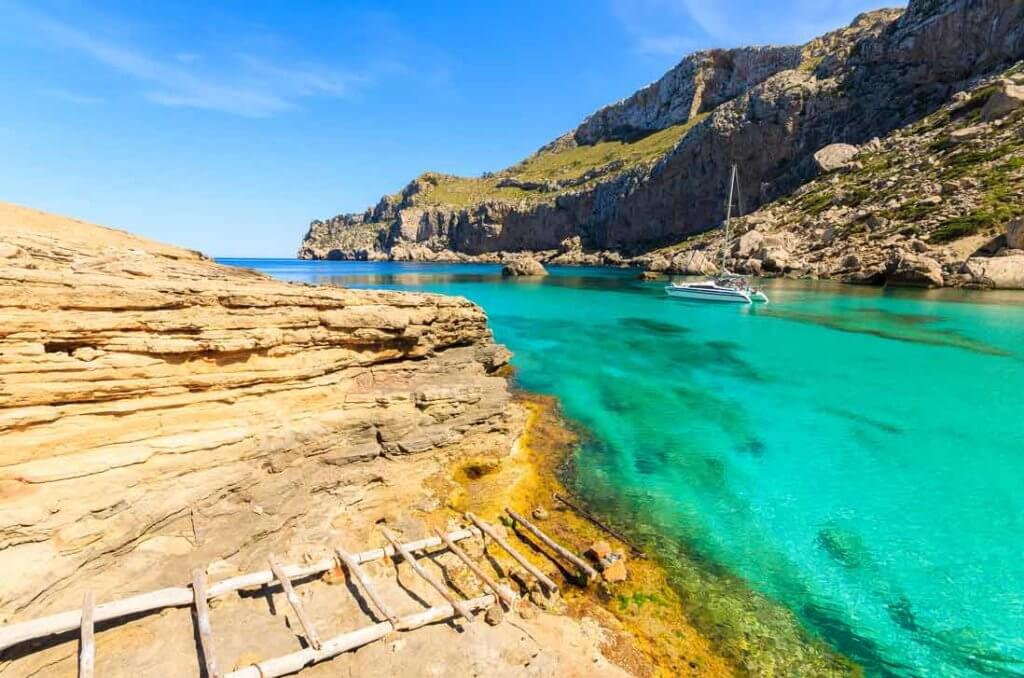 La playa Cala Figuera se encuentra en el municipio de Pollença, perteneciente a la provincia de Mallorca y a la comunidad autónoma de Islas Baleares