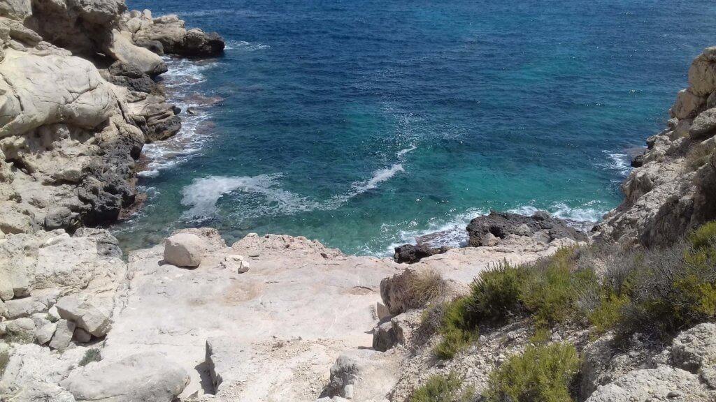 La playa Cala Fonda se encuentra en el municipio de Villajoyosa, perteneciente a la provincia de Alicante y a la comunidad autónoma de Comunidad Valenciana