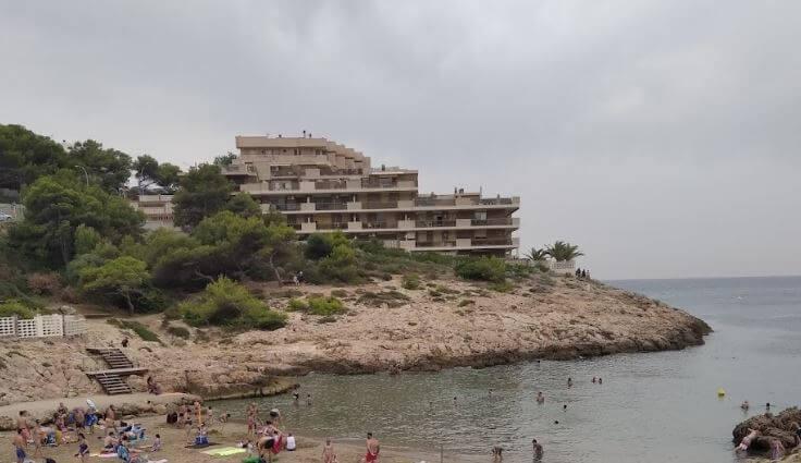 La playa Cala Font se encuentra en el municipio de Salou, perteneciente a la provincia de Tarragona y a la comunidad autónoma de Cataluña