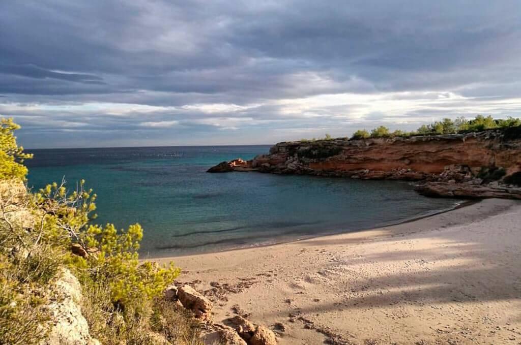 La playa Cala Forn se encuentra en el municipio de L'Ametlla de Mar, perteneciente a la provincia de Tarragona y a la comunidad autónoma de Cataluña