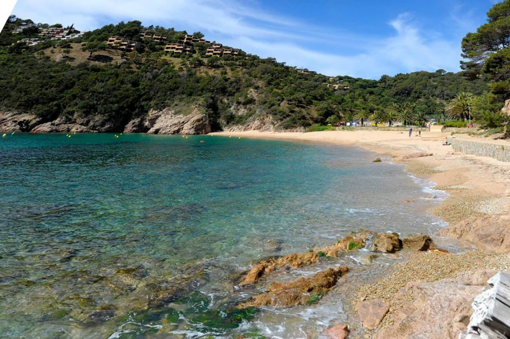 La playa Cala Giverola se encuentra en el municipio de Tossa de Mar, perteneciente a la provincia de Girona y a la comunidad autónoma de Cataluña