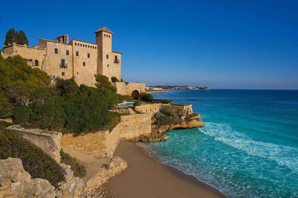 La playa Cala Jovera se encuentra en el municipio de Tarragona, perteneciente a la provincia de Tarragona y a la comunidad autónoma de Cataluña