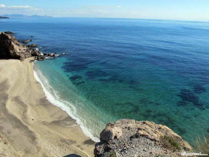 La playa Cala Junquera se encuentra en el municipio de Lorca, perteneciente a la provincia de Murcia y a la comunidad autónoma de Región de Murcia
