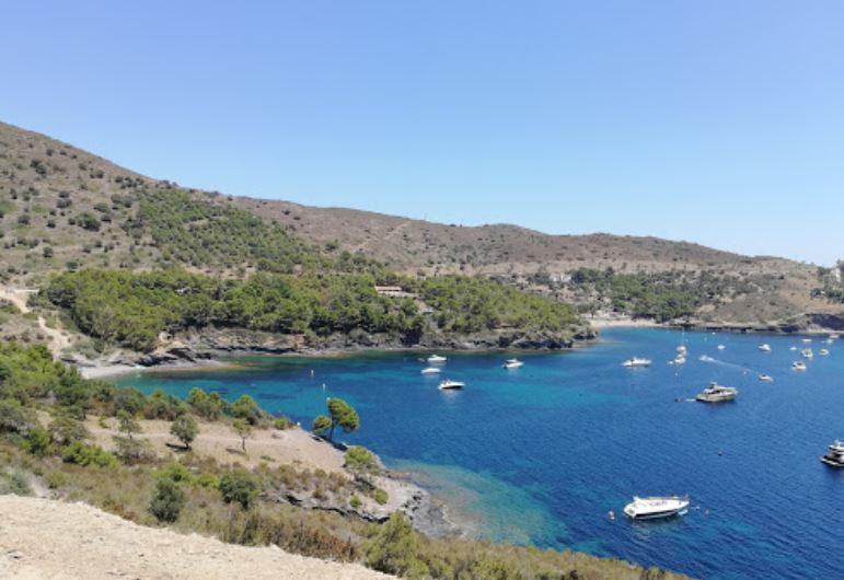 La playa Cala La Pelosa se encuentra en el municipio de Roses, perteneciente a la provincia de Girona y a la comunidad autónoma de Cataluña