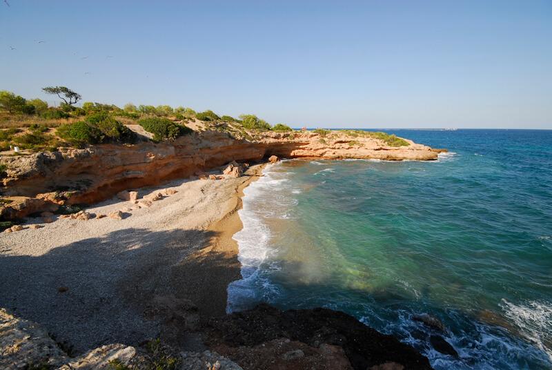 La playa Cala Leña se encuentra en el municipio de L'Ametlla de Mar, perteneciente a la provincia de Tarragona y a la comunidad autónoma de Cataluña