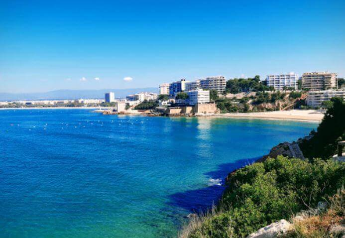 La playa Cala Llenguadets se encuentra en el municipio de Salou, perteneciente a la provincia de Tarragona y a la comunidad autónoma de Cataluña