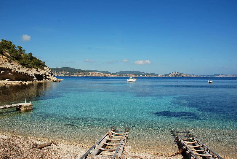 La playa Cala Llentrisca se encuentra en el municipio de Sant Josep de sa Talaia, perteneciente a la provincia de Ibiza y a la comunidad autónoma de Islas Baleares