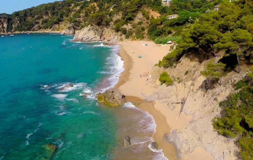 La playa Cala Llevadó / La Llosa des Llevador se encuentra en el municipio de Tossa de Mar, perteneciente a la provincia de Girona y a la comunidad autónoma de Cataluña