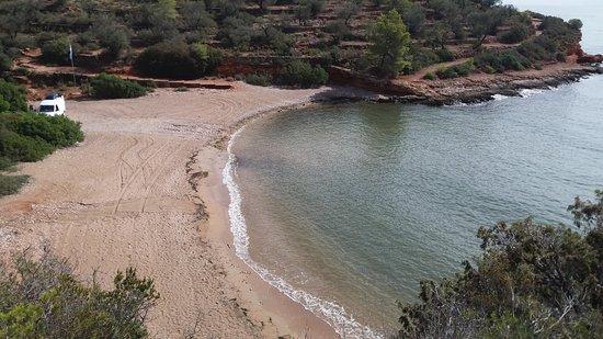 La playa Cala María se encuentra en el municipio de L'Ampolla, perteneciente a la provincia de Tarragona y a la comunidad autónoma de Cataluña