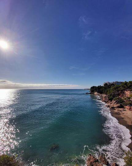 La playa Cala Misteri se encuentra en el municipio de Mont-roig del Camp, perteneciente a la provincia de Tarragona y a la comunidad autónoma de Cataluña