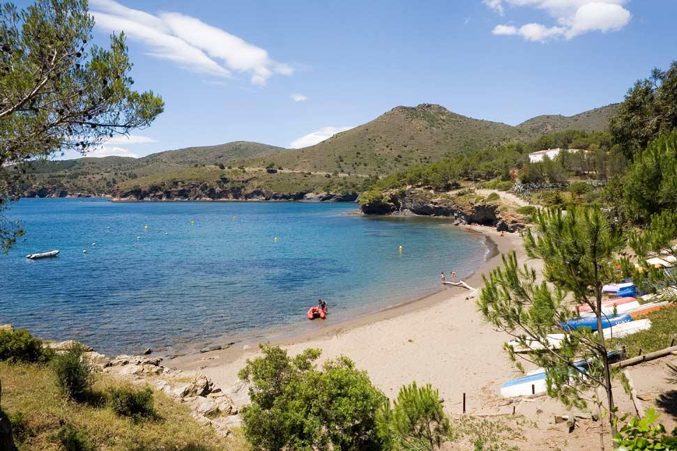La playa Cala Montjoi se encuentra en el municipio de Roses, perteneciente a la provincia de Girona y a la comunidad autónoma de Cataluña