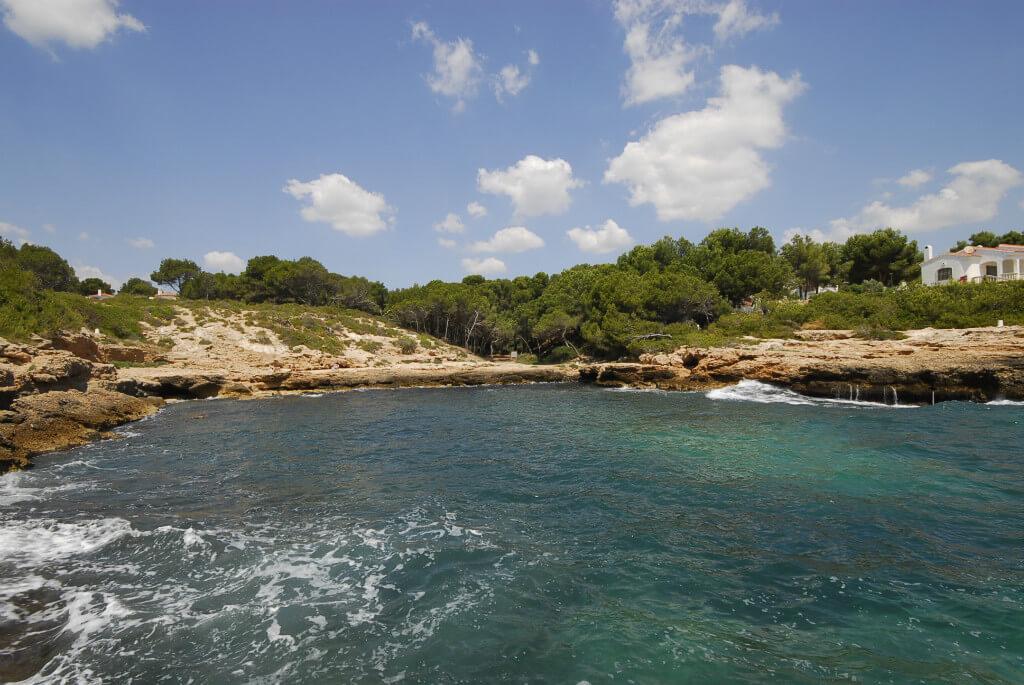 La playa Cala Moscas se encuentra en el municipio de L'Ametlla de Mar, perteneciente a la provincia de Tarragona y a la comunidad autónoma de Cataluña