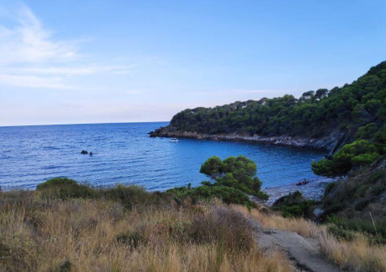 La playa Cala Murtra se encuentra en el municipio de Roses, perteneciente a la provincia de Girona y a la comunidad autónoma de Cataluña