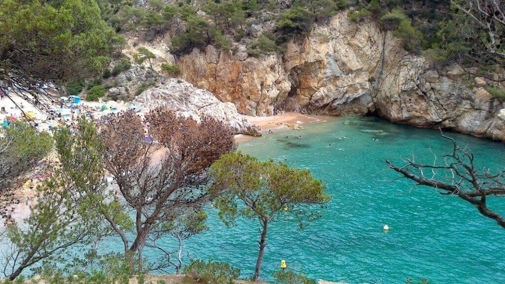 La playa Cala Pola se encuentra en el municipio de Tossa de Mar, perteneciente a la provincia de Girona y a la comunidad autónoma de Cataluña