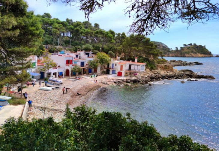 La playa Cala S'Alguer se encuentra en el municipio de Palamós, perteneciente a la provincia de Girona y a la comunidad autónoma de Cataluña