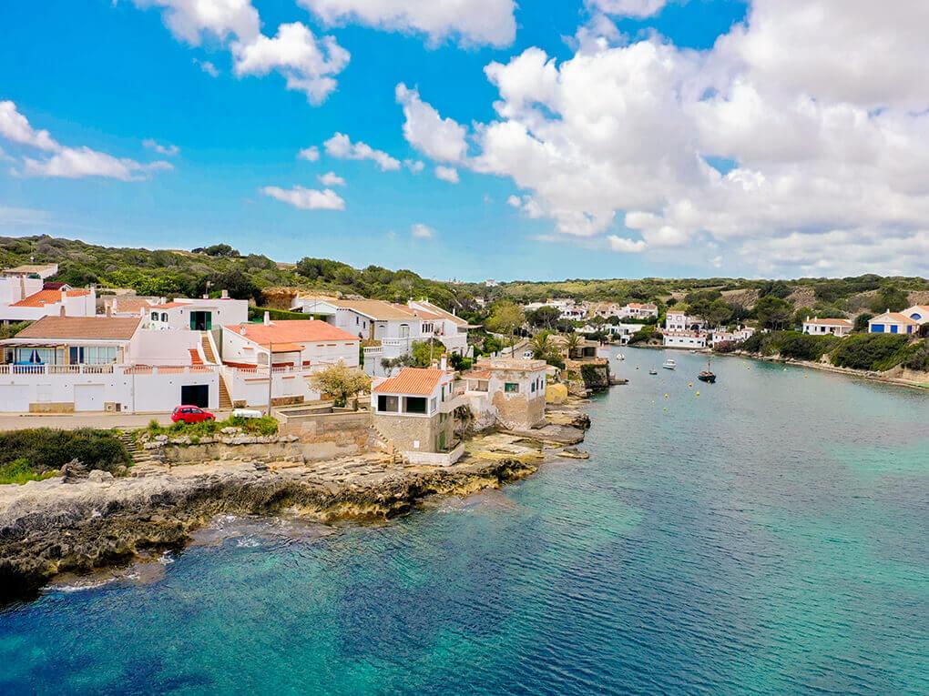 La playa Cala Sant Esteve se encuentra en el municipio de Es Castell, perteneciente a la provincia de Menorca y a la comunidad autónoma de Islas Baleares