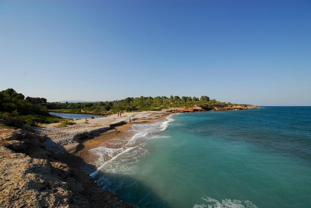 La playa Cala Santes Creus se encuentra en el municipio de L'Ametlla de Mar, perteneciente a la provincia de Tarragona y a la comunidad autónoma de Cataluña