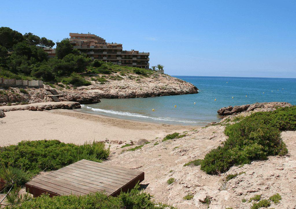 La playa Cala Vinya se encuentra en el municipio de Salou, perteneciente a la provincia de Tarragona y a la comunidad autónoma de Cataluña