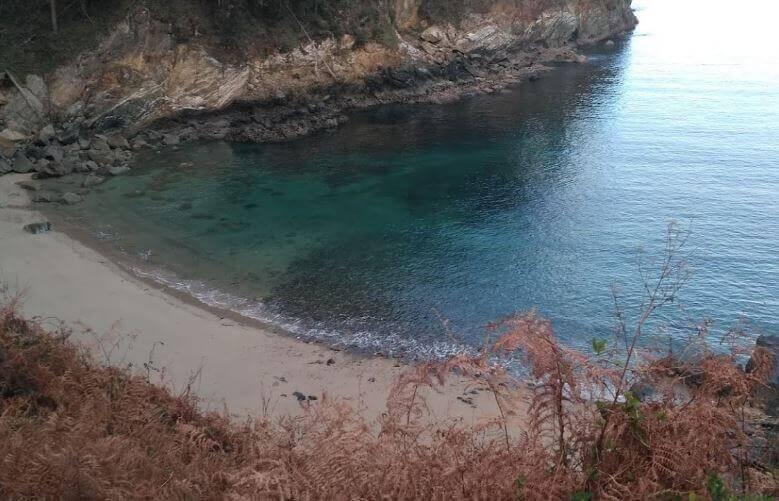 La playa Calas de Ladrido / Vidueiros se encuentra en el municipio de Ortigueira, perteneciente a la provincia de A Coruña y a la comunidad autónoma de Galicia