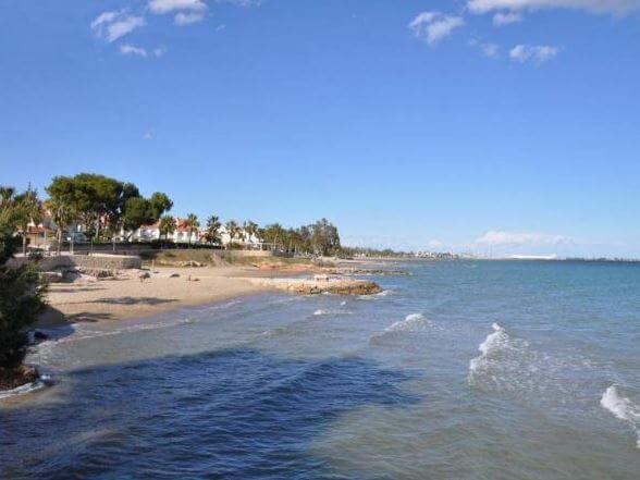 La playa Aiguassera se encuentra en el municipio de Sant Carles de la Ràpita, perteneciente a la provincia de Tarragona y a la comunidad autónoma de Cataluña