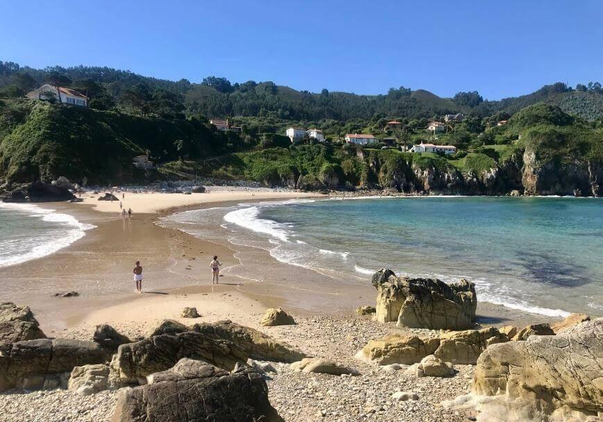 La playa Amió / Pechón se encuentra en el municipio de Val de San Vicente, perteneciente a la provincia de Cantabria y a la comunidad autónoma de Cantabria