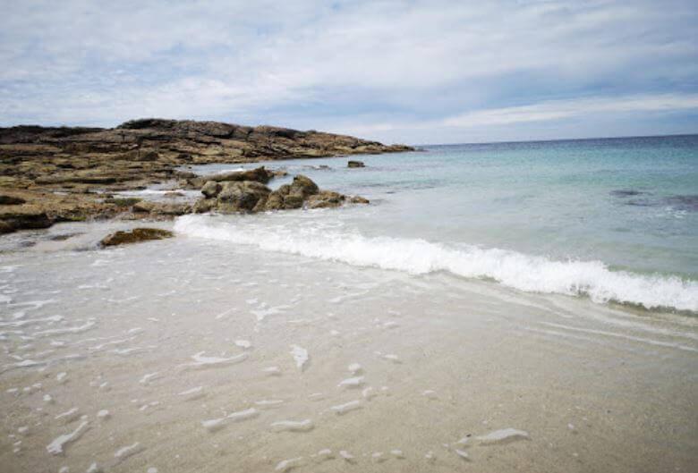 La playa Ancoradoiro se encuentra en el municipio de Muros, perteneciente a la provincia de A Coruña y a la comunidad autónoma de Galicia