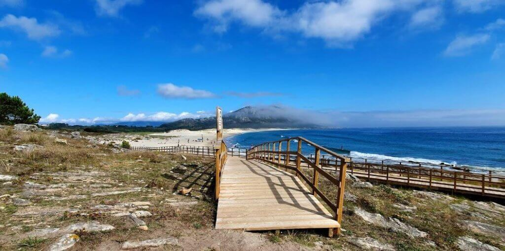 La playa Area Maior / Louro se encuentra en el municipio de Muros, perteneciente a la provincia de A Coruña y a la comunidad autónoma de Galicia
