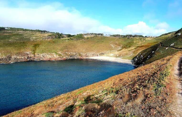 La playa Arnela se encuentra en el municipio de Fisterra, perteneciente a la provincia de A Coruña y a la comunidad autónoma de Galicia