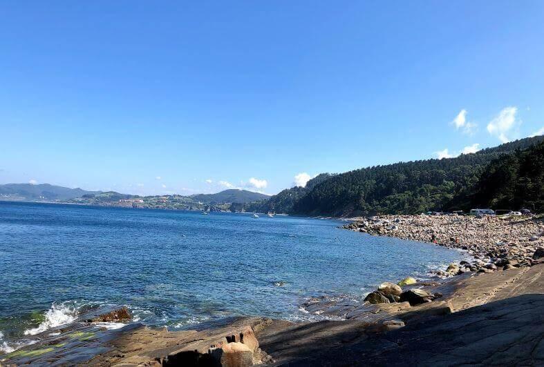 La playa Arribolas se encuentra en el municipio de Bermeo, perteneciente a la provincia de Bizkaia y a la comunidad autónoma de País Vasco