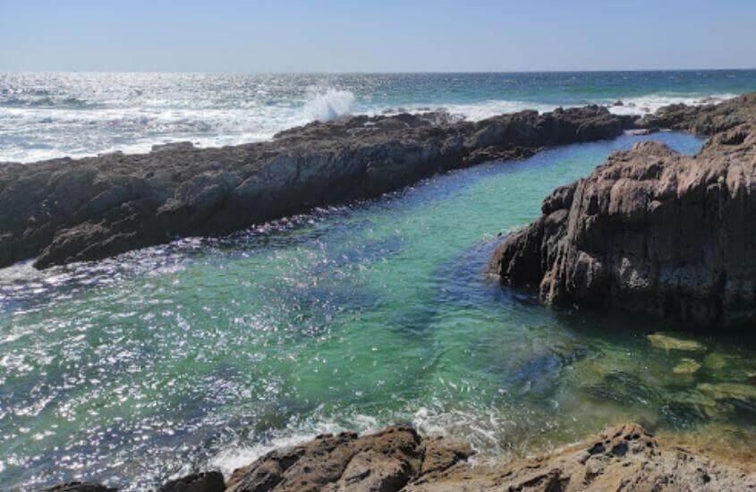 La playa As Furnas se encuentra en el municipio de Ribeira, perteneciente a la provincia de A Coruña y a la comunidad autónoma de Galicia