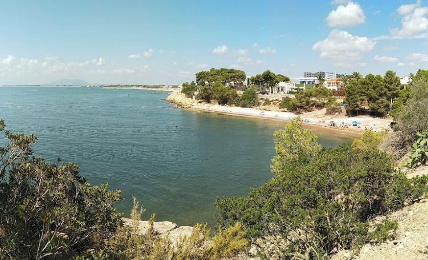 La playa Baconet / Baconé se encuentra en el municipio de L'Ampolla, perteneciente a la provincia de Tarragona y a la comunidad autónoma de Cataluña