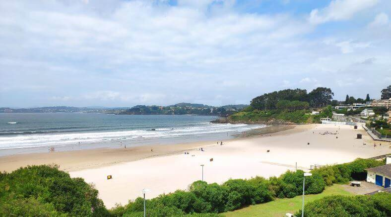 La playa Bastiagueiro se encuentra en el municipio de Oleiros, perteneciente a la provincia de A Coruña y a la comunidad autónoma de Galicia